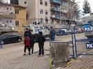 Polis, çocukları zırhlı araçlarla evlerine götürüyor