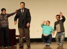 Tiyatroyla 'engelini' aşarak aile geçimini sağlıyor