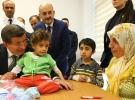 Başbakan Davutoğlu'ndan tedavi gören çocuklara ziyaret