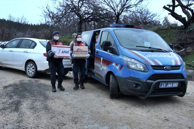 Elazığ'da Yaşlı Çift, Jandarmanın Getirdiği Odunlarla Isındı